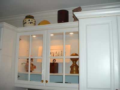 Hiding the wires and lighting the kitchen cabinet reeder for Glass cabinet with lights